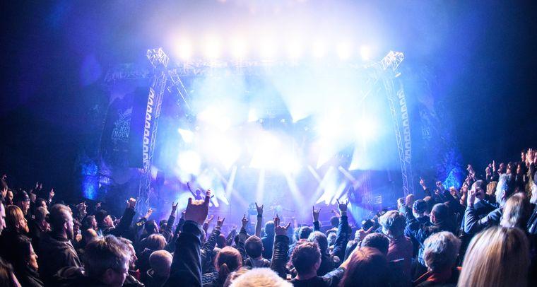 Metal-Fans feiern bis der Arzt kommt.