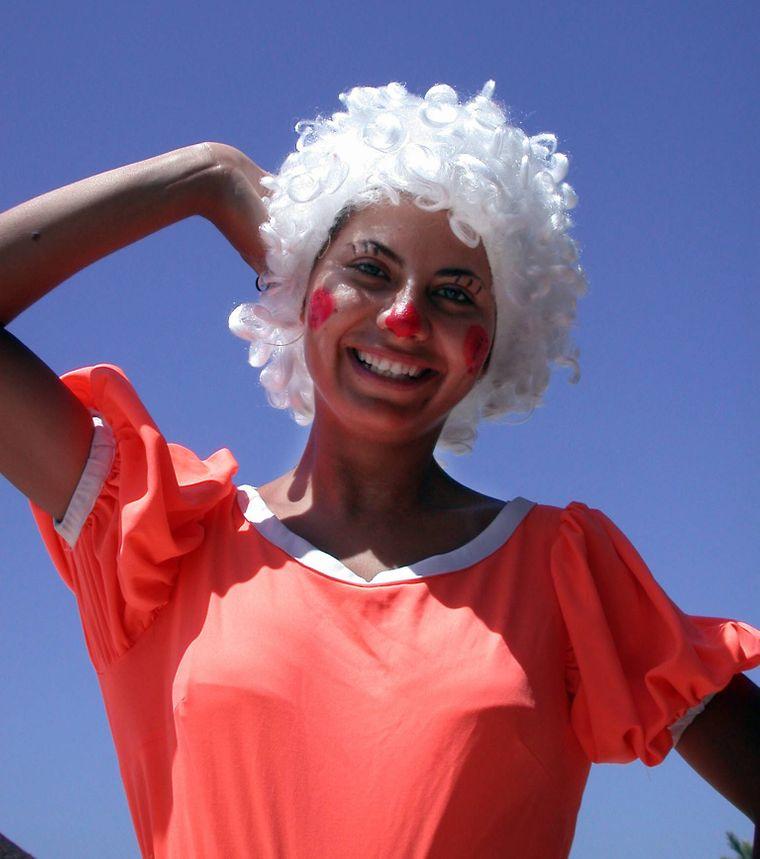 Animateurin als Clown geschminkt in einem Magic Life Club. Partyurlaub und Arbeit hat sie jeden Tag.