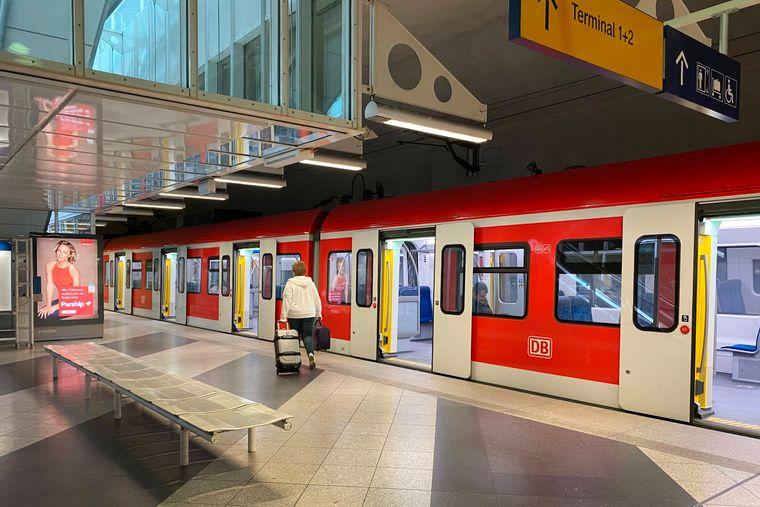 Vom Terminal 1 und 2 am Flughafen Franz Josef Strauss in München fährt die Bahn in die Innenstadt.