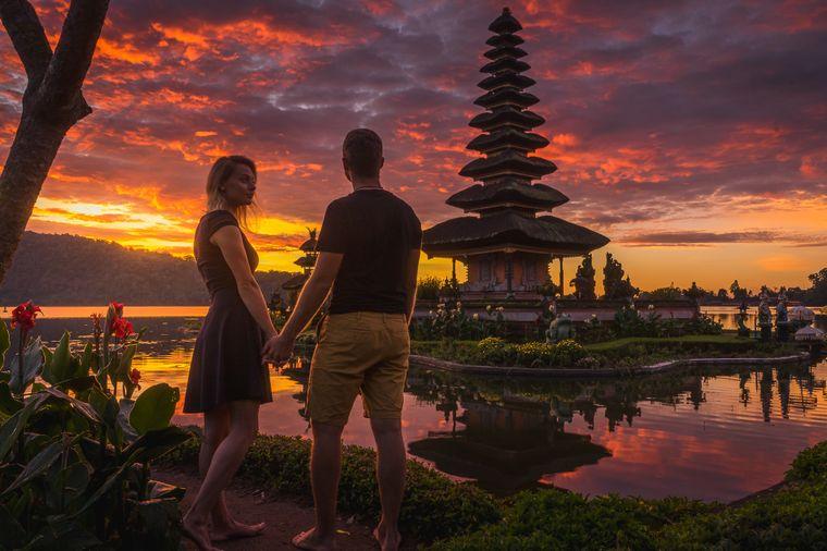 Nach einer abenteuerlichen Fahrt mit dem Roller durch dunkle Gassen und Reisfelder wurden Alma und Sadin mit dieser Aussicht am Pura Ulan Danu Braten Wassertempel in Indonesien belohnt.