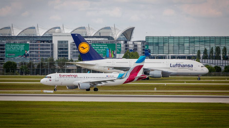 Ein Lufthansa-Flugzeug und eine Eurowings-Maschine auf dem Rollfeld.