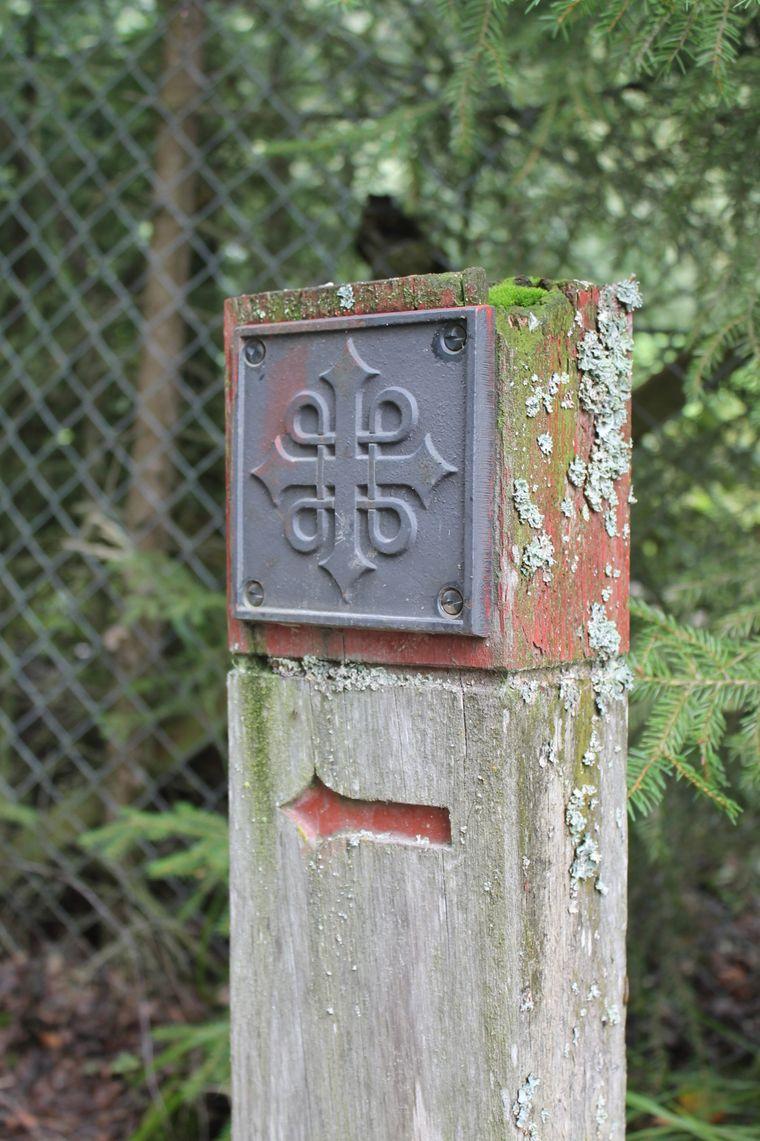 Wegweiser mit dem Pilgersymbol sorgen unterwegs für Orientierung.