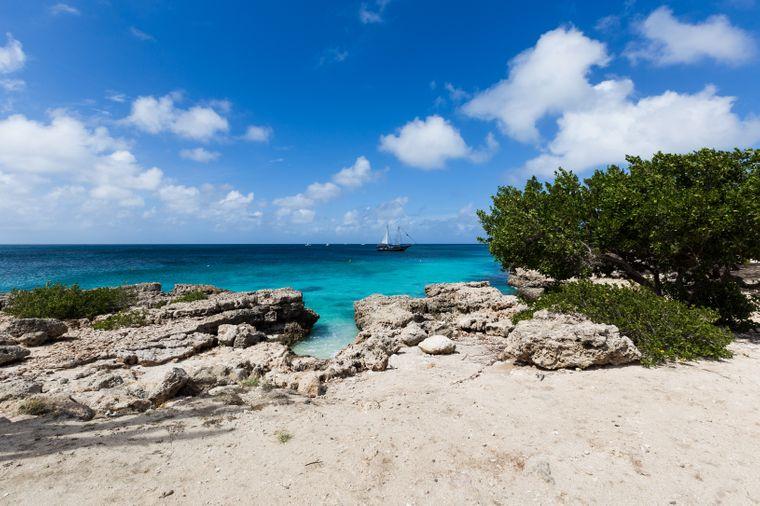 Der Malmok Beach im Norden von Aruba lockt viele Windsurfer an. Er ist aber auch gut für Schwimmer geeignet.