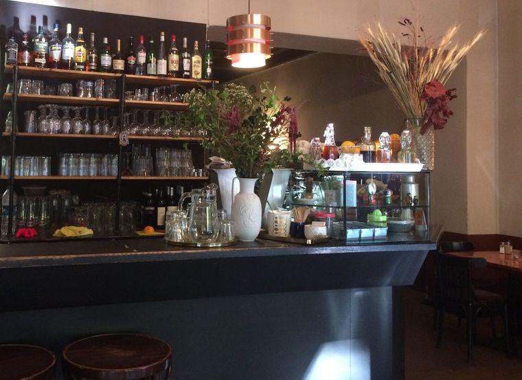 """Das Café V nennt sich zwar """"Café"""", hat sich aber auch als Restaurant bereits vor 22 Jahren in Kreuzberg mit seiner leckeren vegetarischen und veganen Küche etabliert."""