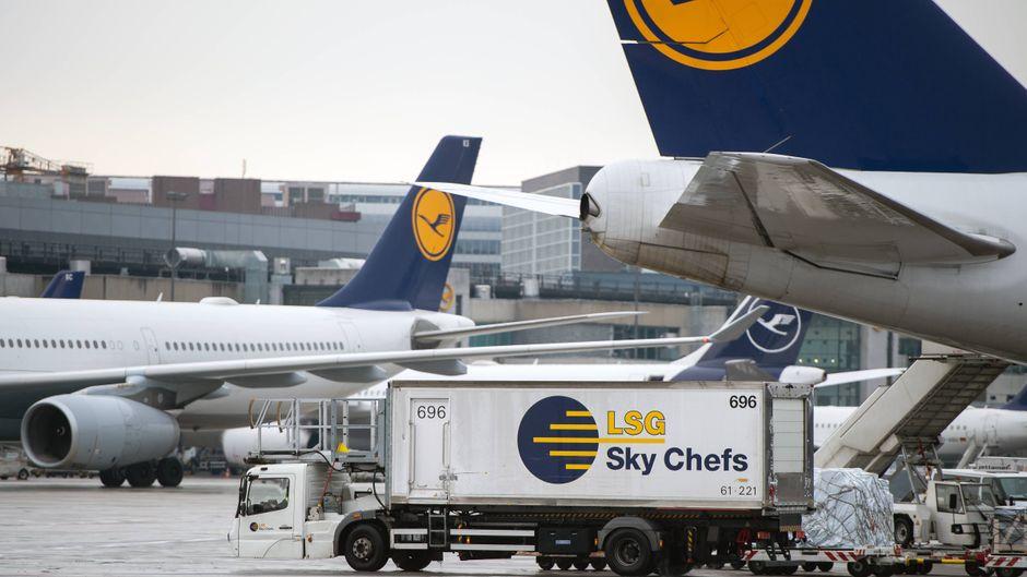 Ein Lieferwagen der LSG Sky Chefs wartet auf dem Vorfeld am Flughafen Frankfurt.
