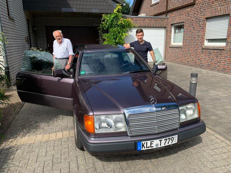 Torben und Carlos fahren mit einem alten Mercedes quer durch Europa.