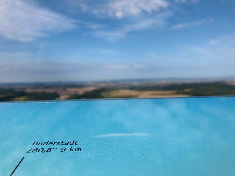 Nicht nur von der Aussichtsplattform aus bietet sich ein faszinierender Weitblick. Infotafeln erläutern, was bei gutem Wetter wo zu entdecken ist.