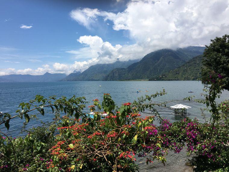 Der Lago de Atitlán, der ein weiteres beliebtes Ziel von Reisenden ist, liegt malerisch von Vulkanen umgeben.
