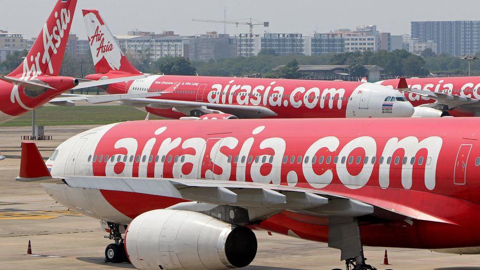 Air-Asia-Flugzeuge am Flughafen.