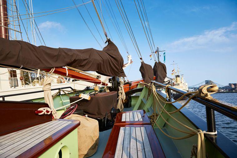 Du wolltest schon immer mal das Segeln ausprobieren? Dann bist du in Wilhelmshaven richtig. Aber auch andere Wassersportarten kannst du hier betreiben.