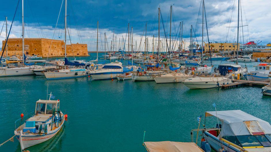Festung Koules und Industriehafen von Heraklion auf Kreta.