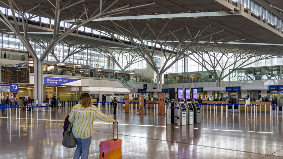 Leere Flughäfen sind inzwischen ein gewohntes Bild in der Corona-Krise. Ob Urlauber lieber stornieren oder verschieben sollten? Der reisereporter klärt über Konsequenzen auf.