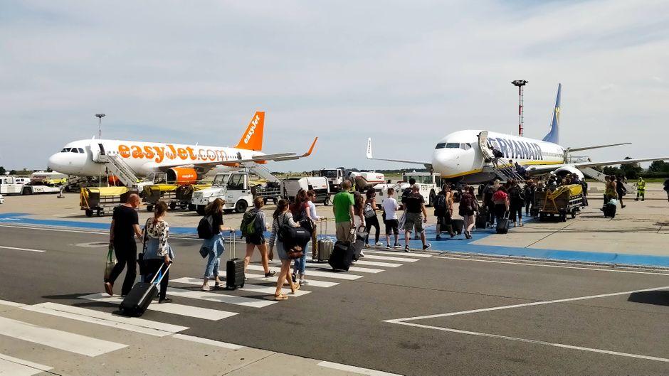 Billig sind beide Airlines. Aber wer bietet mehr: Ryanair oder Easyjet? (Symbolfoto)