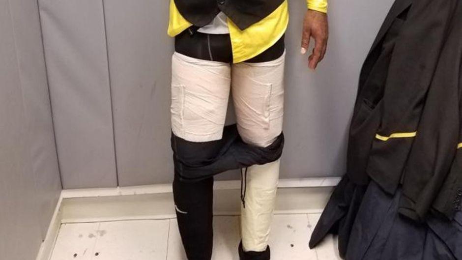 Knapp vier Kilogramm Kokain klebte sich der Flugbegleiter um beide Beine.