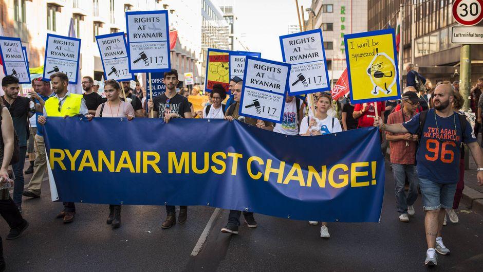 """Ryanair Must Change: Angestellte der Fluggesellschaft Ryanair demonstrieren für mehr Mitbestimmung und die Einführung eines Betriebsrates bei der Großkundgebung unter dem Motto """"Unteilbar gegen Ausgrenzung, Rassismus und den Rechtsruck im Lande"""" am 13. Oktober 2018 in Berlin."""
