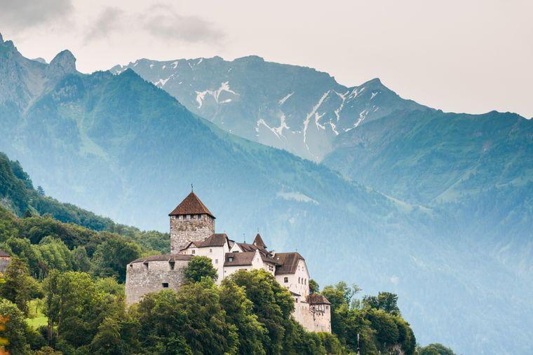 Schloss Vaduz mit den Alpen im Hintergrund.
