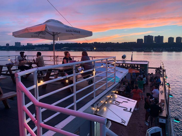 Der Flugzeugträger schwimmt im Hudson River und bietet einen spektakulären Blick auf die New Yorker Skyline.