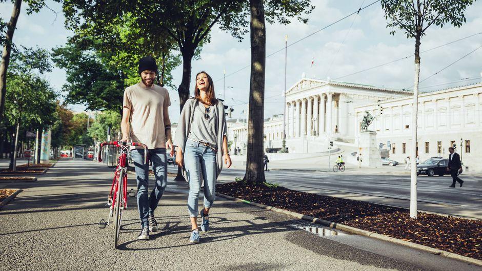 Junges Paar schlendert durch Wien. Die Stadt ist auf Platz 8 gelandet.