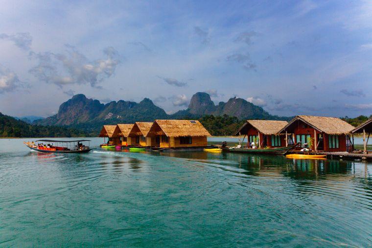 Auf dem Khao-Sok-See im gleichnamigen Nationalpark in Thailand schwimmen diese Bungalows.