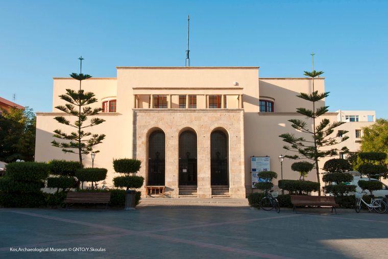 Das Archäologische Museum finden Urlauber in einer im antiken Stil gehaltenen römischen Villa.