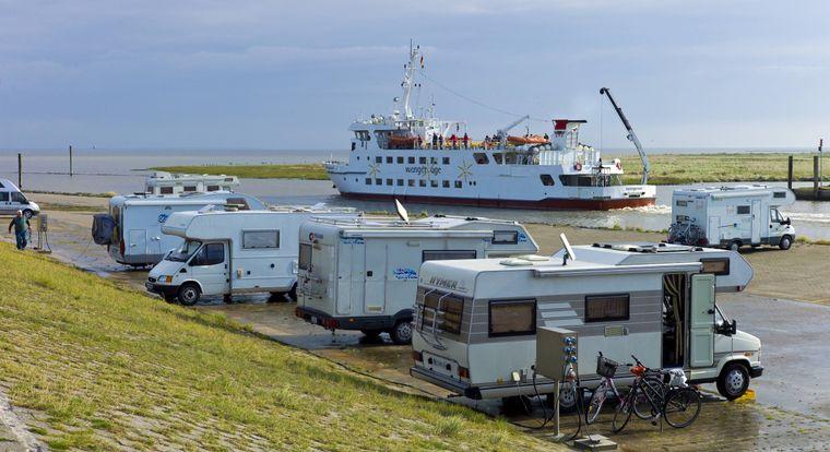 Von Harlesiel aus bringt dich die Fähre – wahlweise auch der Inselflieger – nach Wangerooge. Du kannst aber natürlich auch am Rande des Hafenbeckens campen!