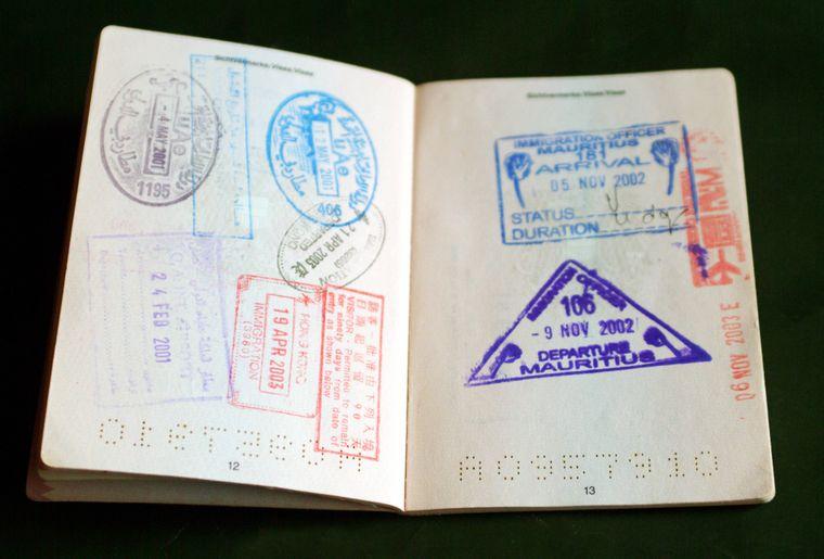 Reisepass mit Einreise- und Ausreisestempeln.