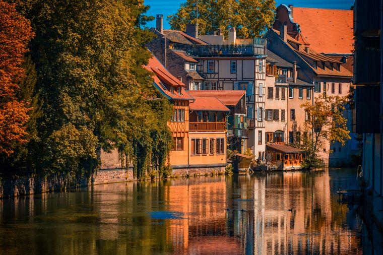 Straßburg ist von einer Vielzahl von Kanälen durchzogen, die die Stadt malerisch wirken lassen.
