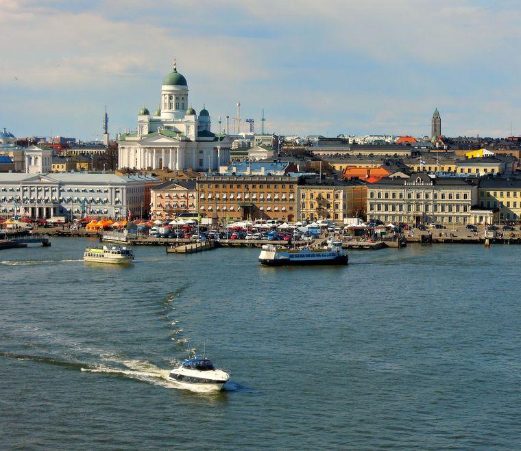 Blick auf Finnlands Hauptstadt Helsinki mit Kathedrale.