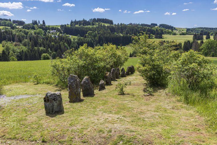 Die Steinreihe der 12 Apostel ist eingebettet in die liebliche Mittelgebirgslandschaft des Frankenwaldes.