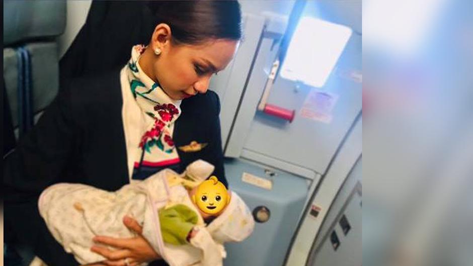 Das Foto der stillenden Stewardess sorgt für große Aufregung im Netz.