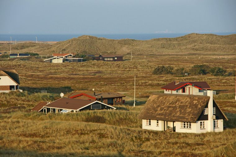 Auf gut 35 Kilometern Länge stehen Ferienhäuser zwischen Nordsee im Westen und Ringkøbing Fjord im Osten.
