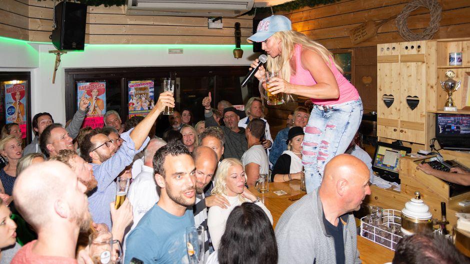 Sängerin Krümel sorgt in Krümls Stadl regelmäßig mit Schlagern für Hochstimmung. Wir haben noch weitere Clubs in Peguera für dich herausgesucht!
