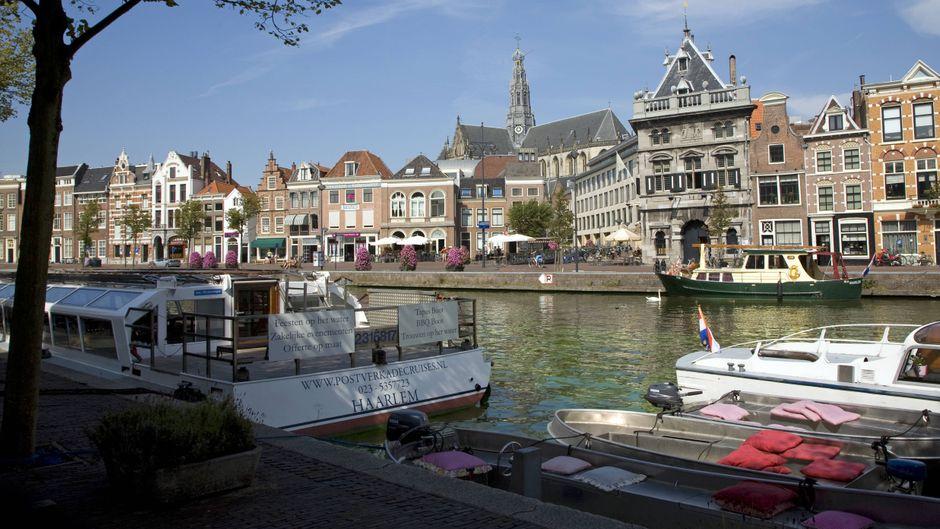 Nein, das ist nicht Amsterdam, sondern Haarlem. Die Stadt etwas westlich der niederländischen Hauptstadt wird auch Klein-Amsterdam genannt.
