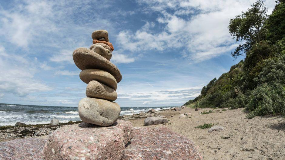 Bei einer Wanderung in und um Rerik herum stößt du früher oder später an die Steilküste (und vielleicht auch auf kuriose Steingebilde). Du hast die Wahl: Spazierst du lieber unten am Strand oder oben auf dem Wanderweg?