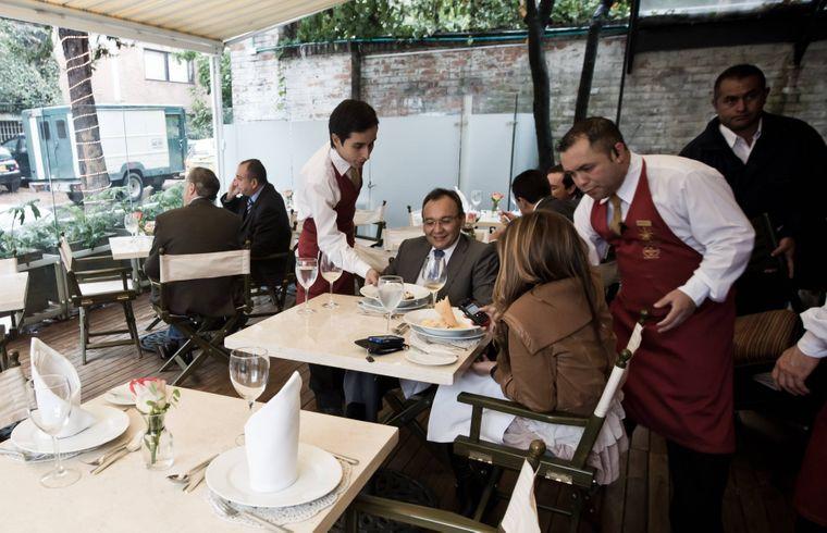 Kellner bedienen zwei Kunden im Restaurant La Rosa Náutica in Peru.