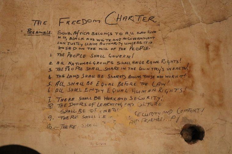 Die afrikanische Freiheitscharta schrieb Nelson Mandela während seiner Haftzeit an die Wand einer Zelle im Justizpalast. Der Raum steht heute unter Denkmalschutz.
