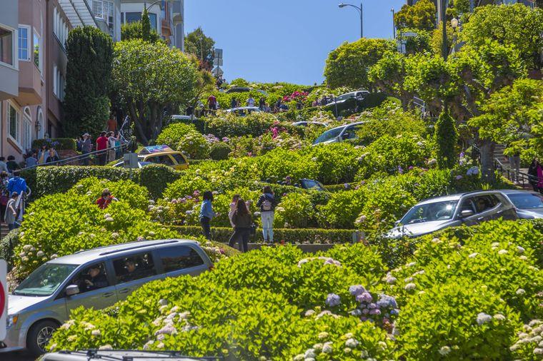 Die Lombard Street ist zwar gar nicht so steil, aber dafür kurvenreich.