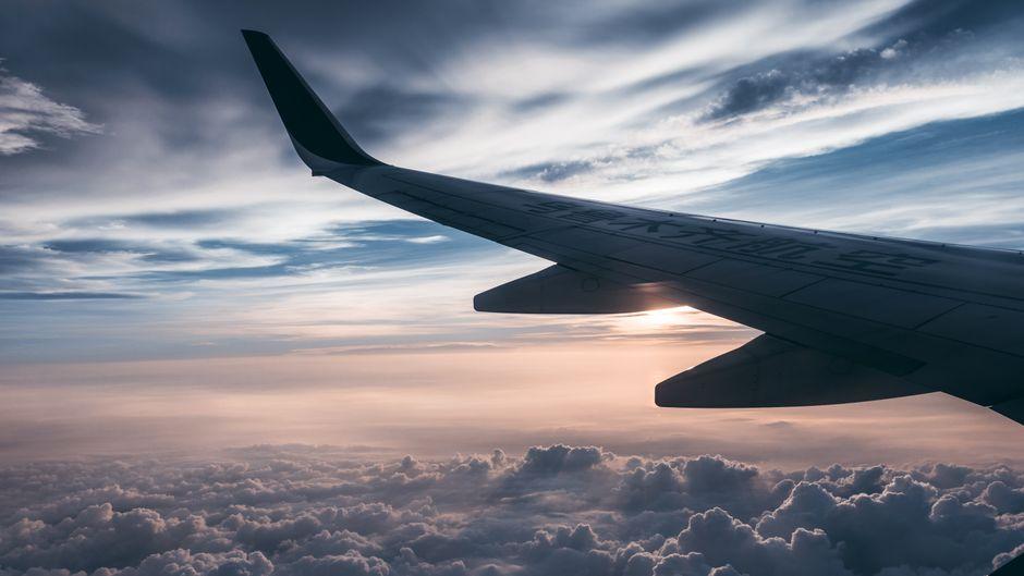 Ein Flugzeug über den Wolken.