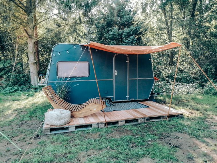 Mitten in einem Wald-Idyll steht der umgebaute neue Helden-Wohnwagen im Münsterland.