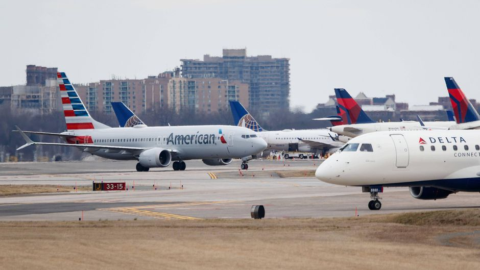 Eine Maschine von American Airlines landet in Washington.