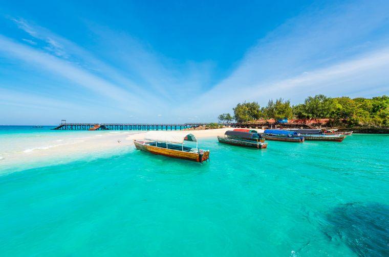 Boote legen an einer Sandbank vor Prison Island auf Sansibar an.
