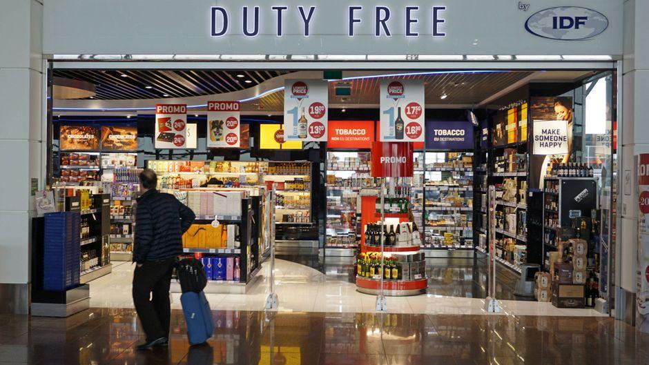 Ryanair greift hart durch: Wer Duty-Free-Alkohol mit in die Kabine schmuggeln will, fliegt raus.