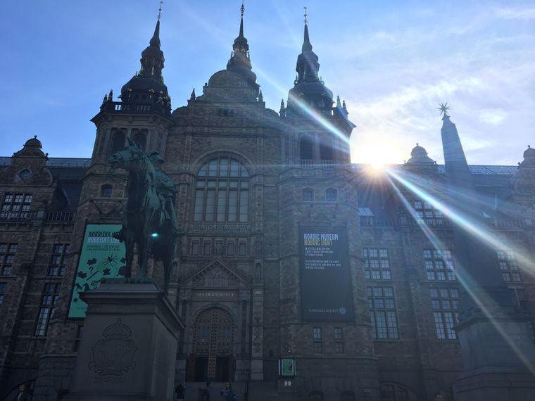 Das Nordische Museum im Gegenlicht.