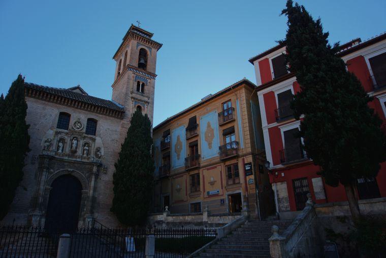 Die Iglesia de San Gil y Santa Ana an der Plaza Nueva.