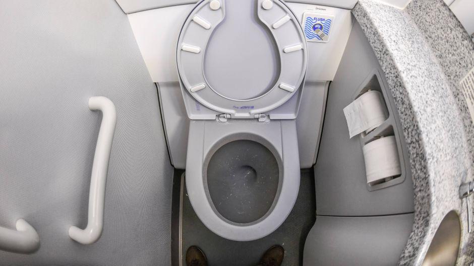 Eine Flugzeugtoilette.