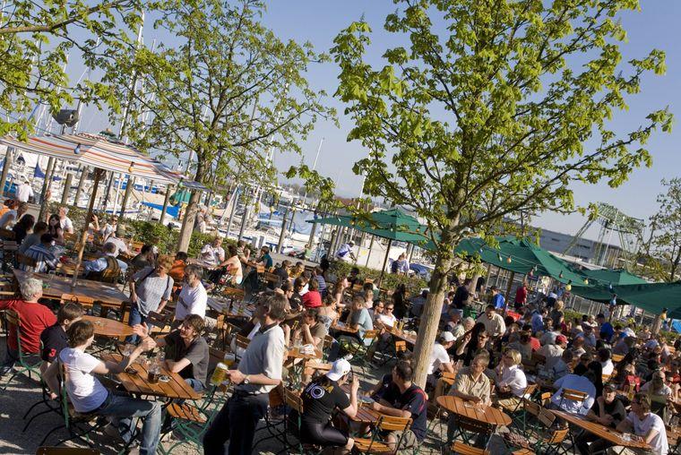 Der Biergarten an der Hafenhalle in Konstanz lädt zum Verweilen ein.