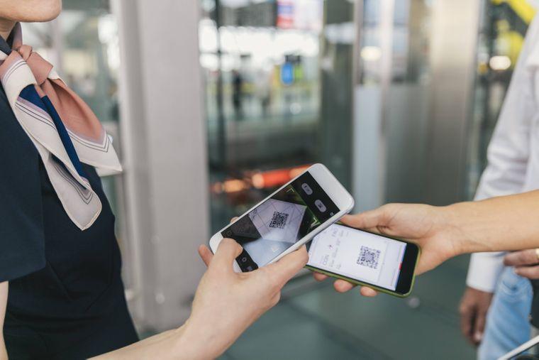 Lade dein Ticket auf dein Smartphone runter.