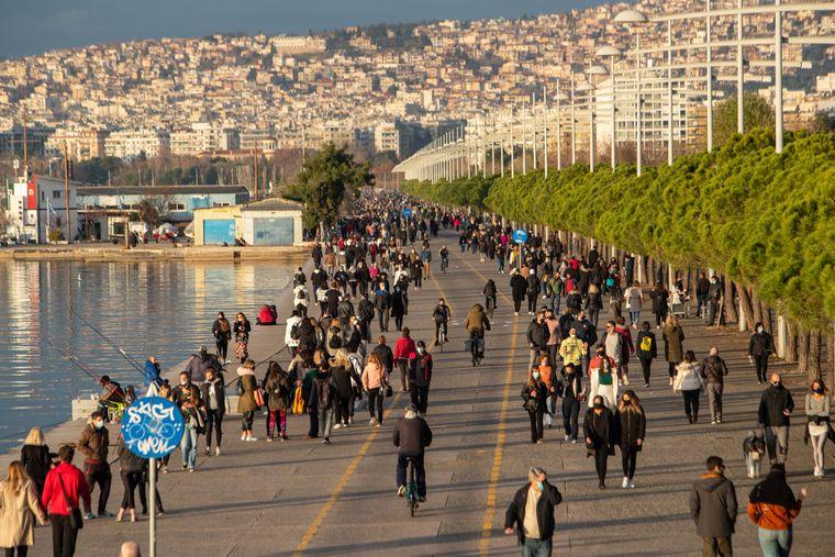 Reger Menschenandrang beim Wochenendspaziergang an der Uferpromenade der Hafenstadt Thessaloniki.