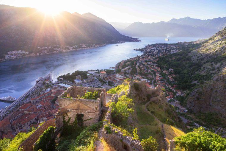 Montenegro mit der berühmten Bucht von Kotor ist bei Urlaubern immer mehr im Kommen. Das Land besticht durch atemberaubende Natur.