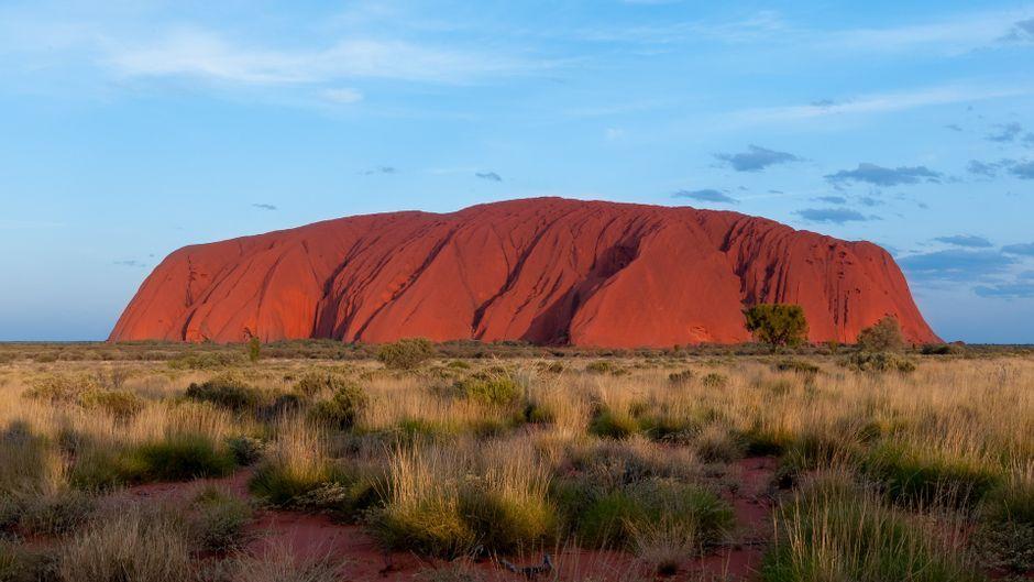 """""""Uluru"""", der heilige Berg der ansässigen Anangu-Aboriginis, wird auch Ayers Rock genannt. Er erhebt sich 350m über die Ebene des Northern Territory..."""